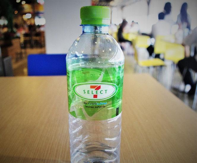 タイのセブンイレブンのドリンキング・ウォーター(飲料水)、ミネラルウォーターのペットボトルの写真。タイ・バンコク出張旅行時に撮影。