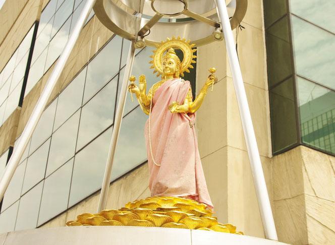 ラクシュミー神、ゲイソンという高級ブランドを扱うショッピングモールの屋上に鎮座しています。インド出身の恋愛の神様 [タイ・バンコク旅行(出張)写真ブログの画像]