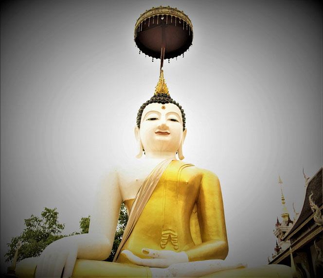 【Chiang Mai / Thailand】タイ王国・チェンマイの寺院にて撮影。白い大仏様。タイ出張旅行時の写真。