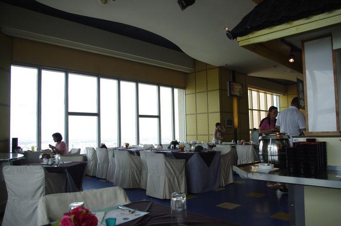 バイヨークスカイレストラン。ビュッフェの席からのレストラン内様子の写真。椅子は清潔な白い布で覆われている。ブルーの床。外国人、観光客、タイの富裕層などが写る。【バンコク ピクチャー】  タイ王国の首都・バンコクの旅行(出張)写真ブログ