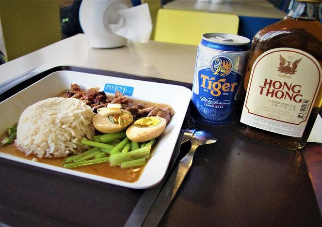 タイガービール、hong thong(タイウイスキー)とタイ料理の写真