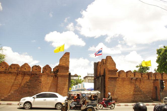 チェンマイ市街中心部で城壁の跡。レンガ造りの城壁。ターペゲート(ターペ門)など 城壁の門の一つ[タイ・チェンマイ旅行(出張)写真ブログの画像]