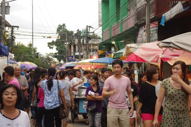 日が沈んできて、夕方から夜に移行してきた チェンマイ サタデーマーケット。人出も増えて、人混みも[タイ・チェンマイ旅行(出張)写真ブログの画像]