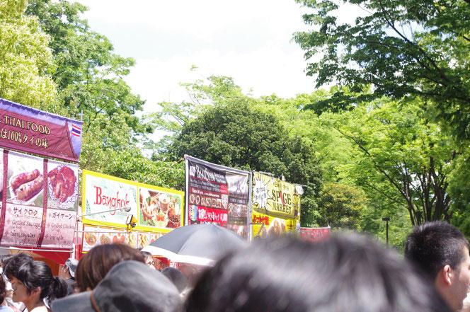 タイフェス会場 黒山の人だかりの写真。大混雑「第14回 タイ・フェスティバル2013年 東京・代々木」の会場写真