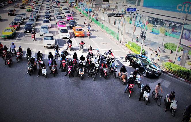 タイ・バンコクのアソーク駅 交差点の道路の写真