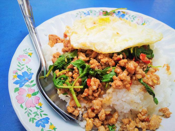 バンコクの屋台にて昼食で頂いた「ガパオ・ライス」「ホーリーバジル」を使った本物。日本のガパオライスには、なんと「パクチー」が入ってるとかなんとか。