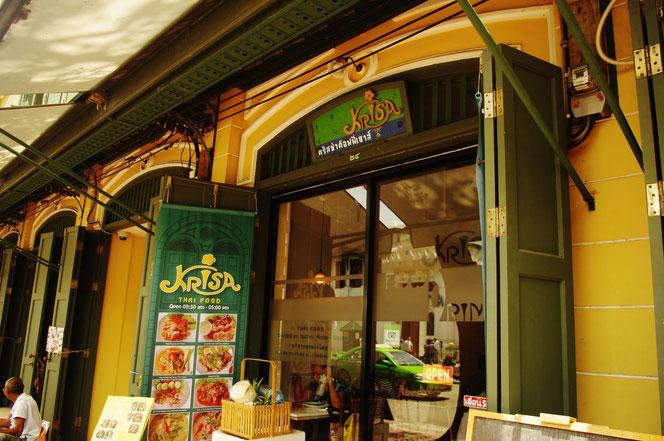 THAI FOOD KRISA レストランの店の外観の写真。タイカレー(グリーンカレー)を食べたレストラン 写真入りのメニュー表も映りこむ  [タイ・バンコク旅行(出張)写真ブログの画像]
