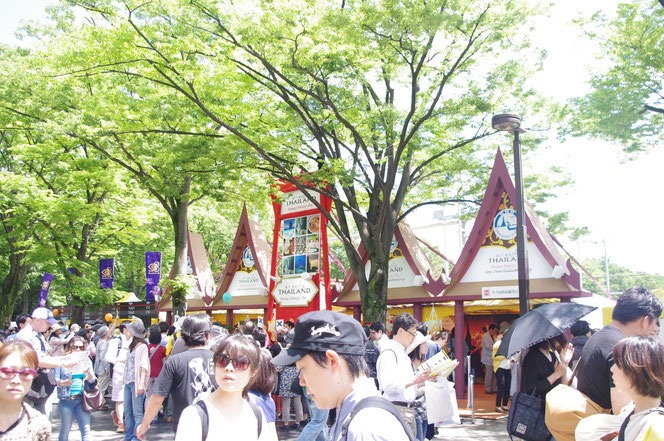新緑が清清しい、代々木エリア。人出がまだ少ない午前中のタイフェス会場写真。「第14回 タイ・フェスティバル2013年 東京・代々木」の会場写真