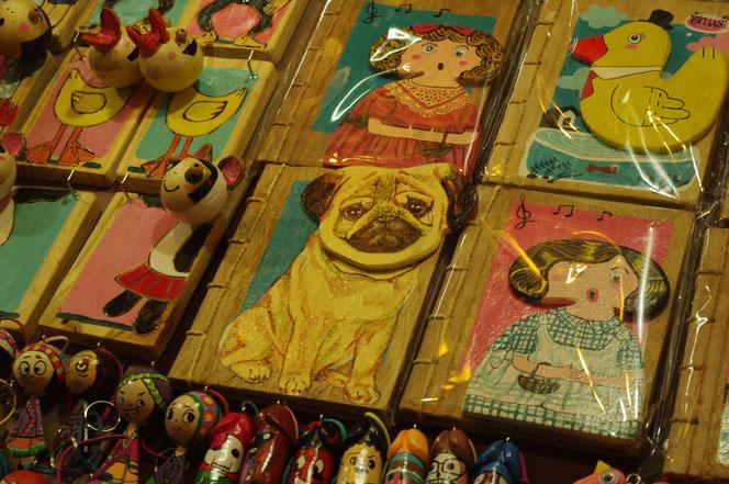 チェンマイのサタデーマーケットでみつけたパグのお土産グッズ。[タイ・チェンマイ旅行(出張)写真ブログの画像]