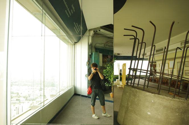 バイヨークスカイホテルのにて一眼レフを構える店主。テンションが上がり、はしゃぐ店主。写真を撮る日本人観光客のイメージしのもの。【バンコク ピクチャー】  タイ王国の首都・バンコクの旅行(出張)写真ブログ