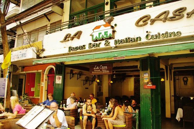 欧米の風景のようなカオサンのレストランの写真。オープンエアで仕切りがなく開放的。昼下がりをくつろぐ白人男性、女性、欧米などからの白人(ファラン)観光客が多く映る写真。【バンコク ピクチャー】  タイ王国の首都・バンコクの旅行(出張)写真ブログ