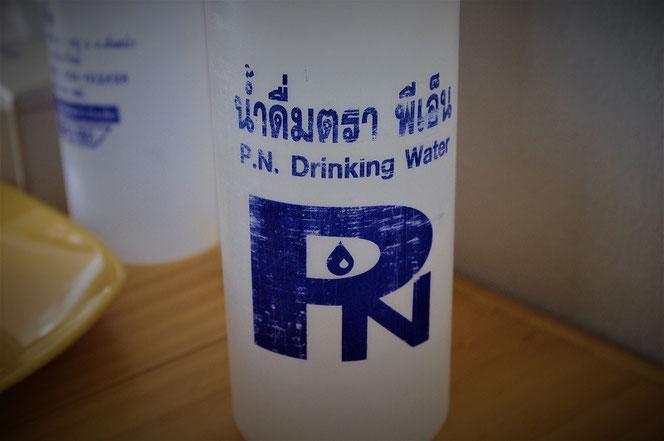 タイのドリンキングウォーター(飲料水)のペットボトルの写真。タイ出張旅行時チェンマイにて撮影