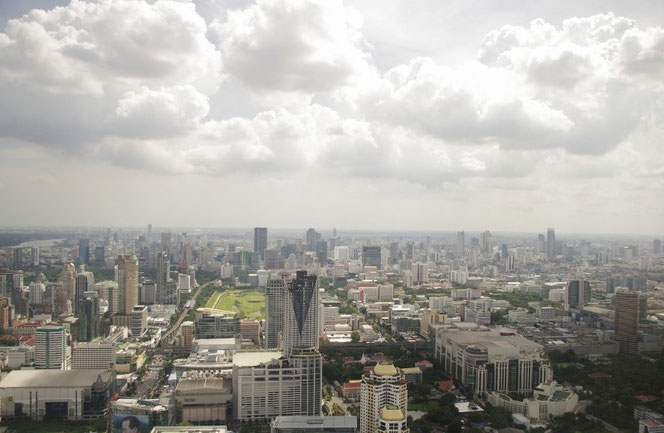 泰国屋の公式ツイッターやfacebookなどでもこの写真を使用。バンコクのバイヨークスカイホテル 高層階から眺望(昼間)。写真の下にはビル、建物。上は雲と青空。【バンコク ピクチャー】  タイ王国の首都・バンコクの旅行(出張)写真ブログ