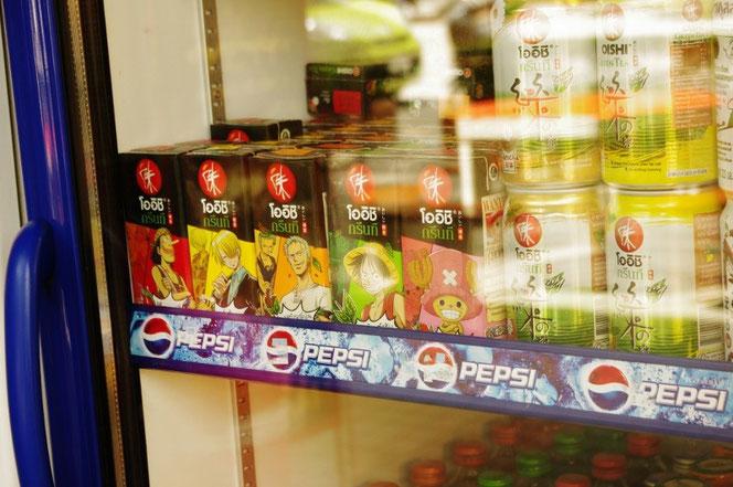 チェンマイで見つけたワンピースのソフトドリンク。「味」オイシ OISHIブランド。ワンピースの人気キャラがプリントされた紙パックのドリンク。冷蔵庫、冷蔵ケースに入っている。[タイ・チェンマイ旅行(出張)写真ブログの画像]
