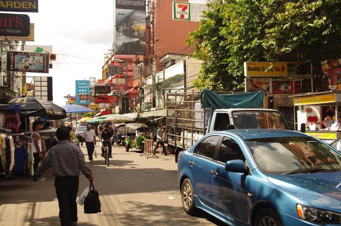 カオサンの差hシン。青い自動車。奥にはtuktuk パラソルを広げる屋台と露店【バンコク ピクチャー】  タイ王国の首都・バンコクの旅行(出張)写真ブログ