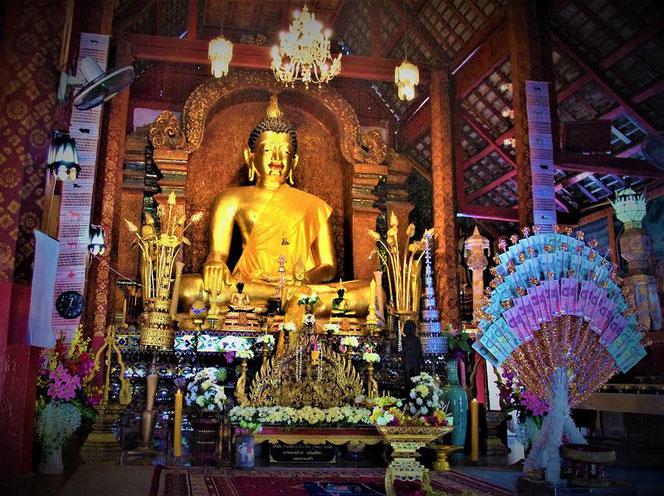 タイ・チェンマイのお寺の仏像。手前にはお供えしてあるお金「タイの紙幣」が