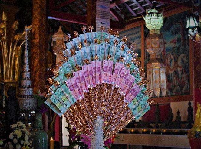 タイバーツ紙幣。100バーツ札、20バーツ札。チェンマイのお寺にて撮影。