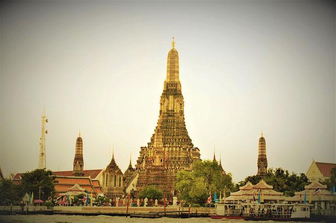 タイ・バンコクの改修前の「ワット・アルン(暁の寺)」をチャオプラヤ川から撮影。タイ・バンコク出張旅行時の写真。