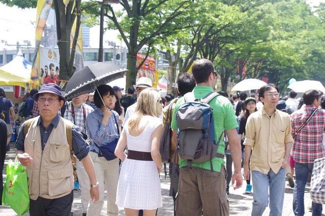 欧米のカップルさんも。アジアだけでなく国際色豊かなタイ・フェスティバル。「第14回 タイ・フェスティバル2013年 東京・代々木」の会場写真