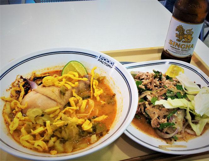 チェンマイのフードコートのプレートの写真。カオソイとラーブサラダ。シンハービールの瓶の写真