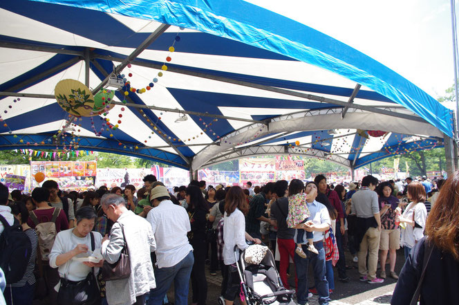晴天のため、日陰で一息つく大量の来場者の光景。「第14回 タイ・フェスティバル2013年 東京・代々木」の会場写真