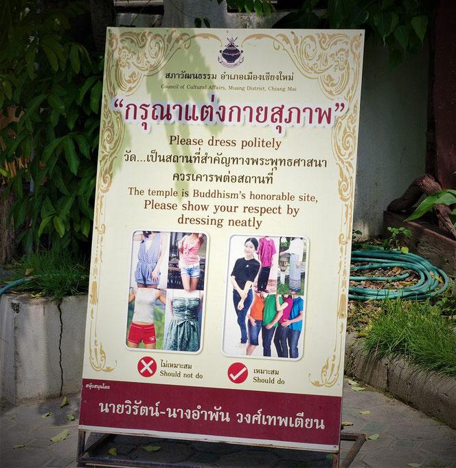 タイのお寺の「ドレスコート・服装」の注意書き看板の写真。英語、タイ文字表示。タイのお寺で撮影