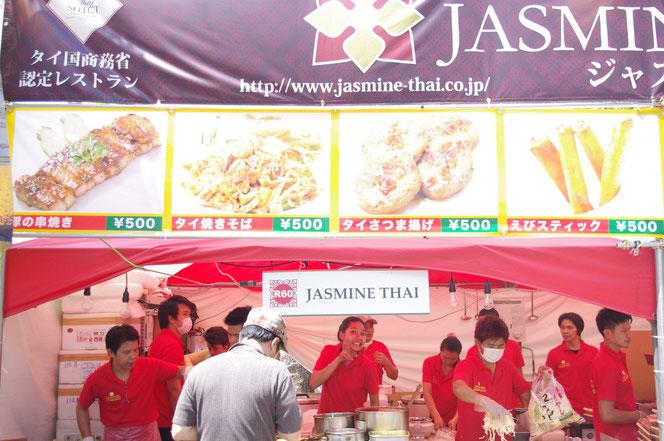 タイ料理屋台写真。タイ焼きそば=パッタイ 。シンハービールやチャーンビールと一緒に食べると最高です。「第14回 タイ・フェスティバル2013年 東京・代々木」の会場写真