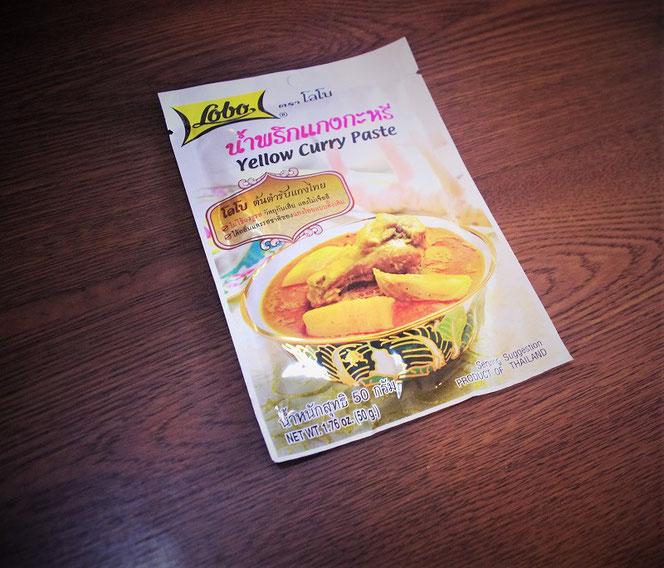 タイカレー・イエローカレー(Yellow curry paste)のペースト。タイの食品メーカーのロボ(lobo)社製品。タイ旅行のお土産の写真