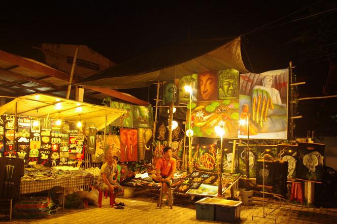 絵とタペストリーを販売する露店。巨大な仏陀の絵が飾ってある。チェンマイ サタデーマーケット[タイ・チェンマイ旅行(出張)写真ブログの画像]