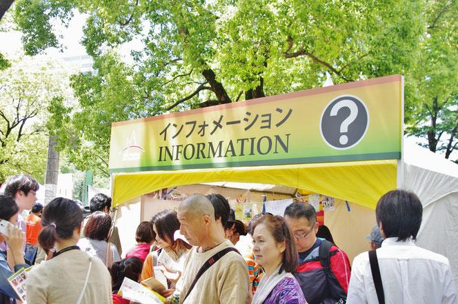 入場ゲートをくぐり、すぐインフォメーションのコーナーがありました。会場付近でも、タイレストランのお店の方が会場図のパンフレットを配布していました。「第14回 タイ・フェスティバル2013年 東京・代々木」の会場写真