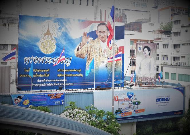 タイ・プミポン国王(ラーマ9世)陛下、シリキット王妃陛下の肖像御写真