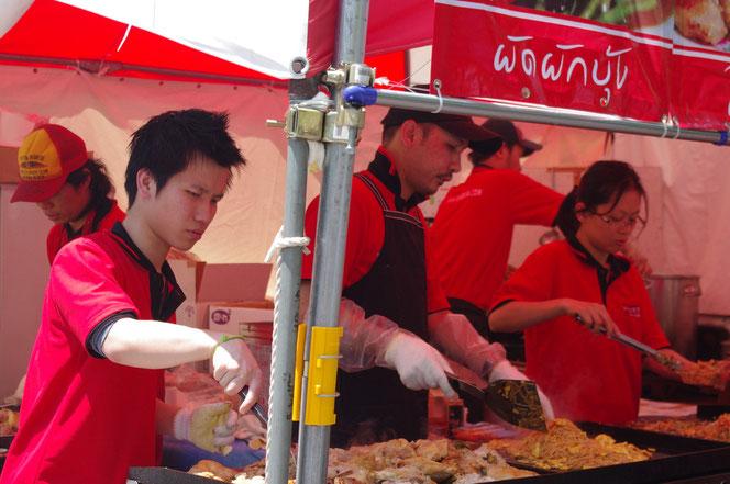 パッタイをタイフェス会場で調理する光景。「第14回 タイ・フェスティバル2013年 東京・代々木」の会場写真
