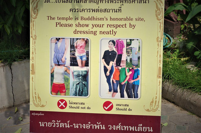タイのお寺の服装チェックの立て看板。拡大写真 チェンマイで撮影