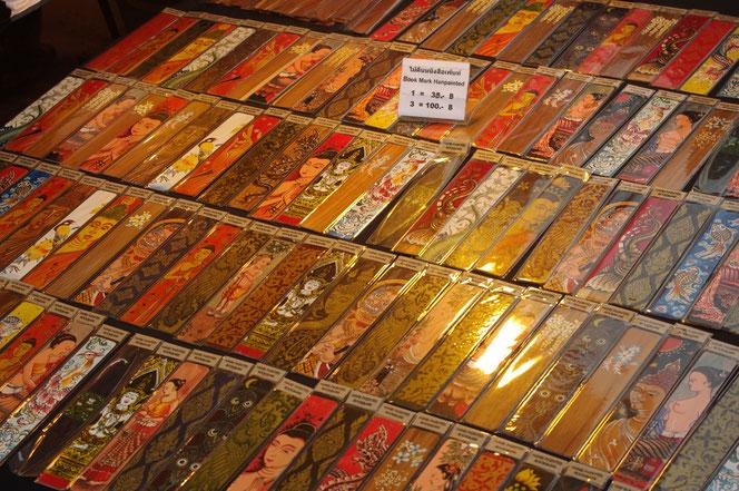 ブックマーク、しおりのタイ雑貨のお土産。色鮮やかな商品。仏教関係やタイの伝統的な図柄やモチーフ。タイの民族衣装を着たタイの女性のイラストのものも。お土産にも欲しい逸品。チェンマイ サタデーマーケット[タイ・チェンマイ旅行(出張)写真ブログの画像]