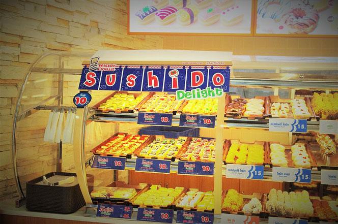 タイ・バンコク出張旅行時に撮影したミスタードーナツのお店の写真。「スシド・sushdo」ドーナツの販売写真。 バンコク・ビッグシーで撮影