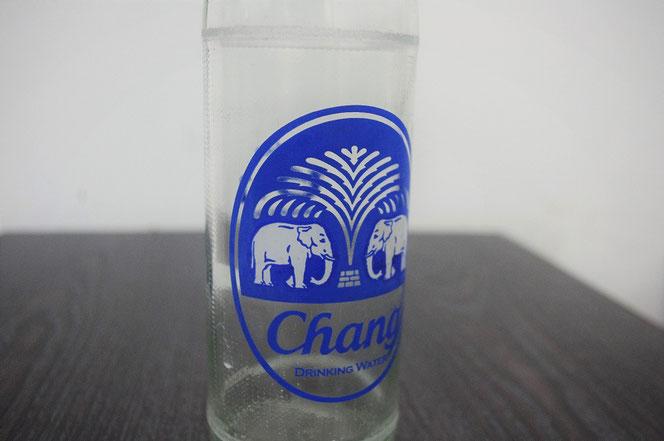 チャーンビールで有名なチャーンブランドのドリンキング・ウォーター(飲料水)、ミネラルウォーターの瓶の写真。タイ・バンコク出張旅行時に撮影。