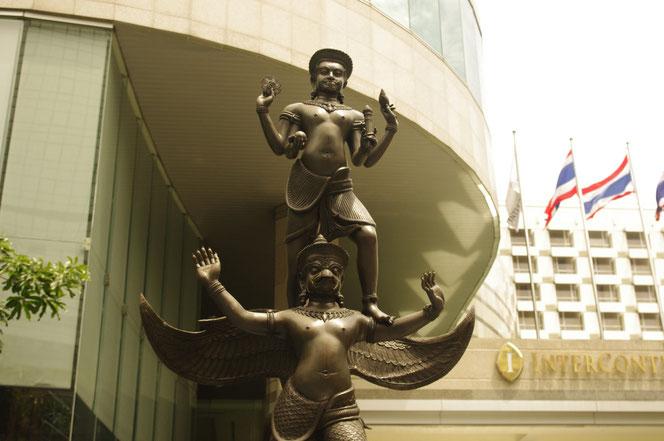ヴィヌシュ神  バンコクのホテル・インターコンチネンタル前に鎮座している像[タイ・バンコク旅行(出張)写真ブログの画像]