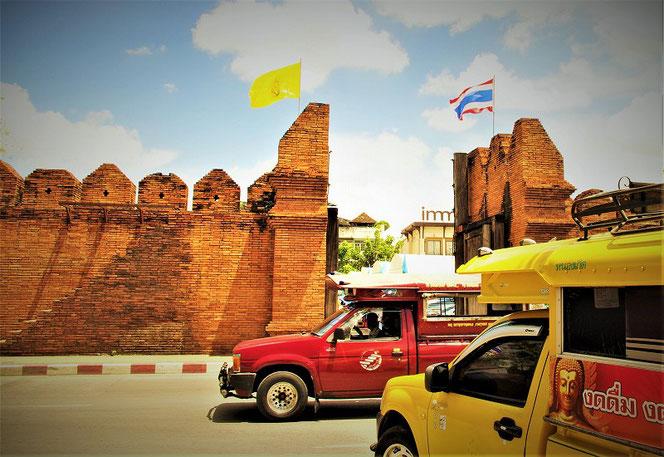 タイ王国・チェンマイの写真 ソンテウ2台。タイ出張旅行時の写真。