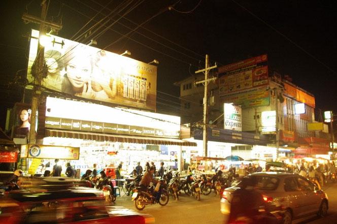 チェンマイ サタデーマーケット出てすぐの箇所にある食堂、フードコーナー。屋台ではない。たくさんの人でにぎわう。店前には無数の駐輪バイクが[タイ・チェンマイ旅行(出張)写真ブログの画像]