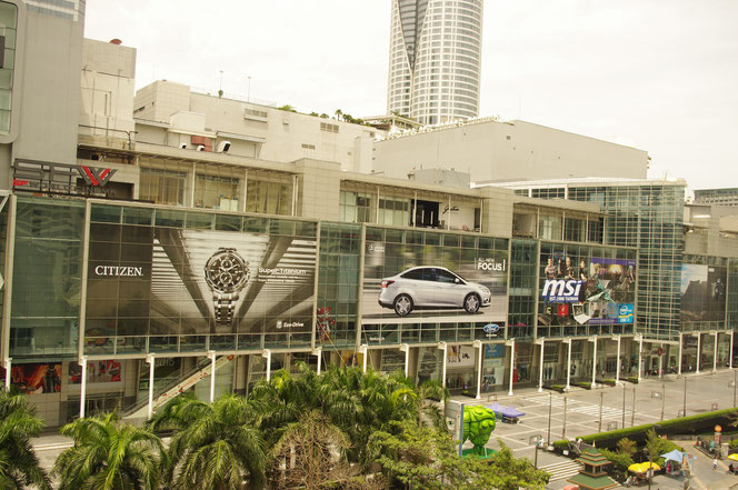 巨大なショッピングモールが複数あるバンコク ZENモール、セントラルワールドなどバンコクの中心部。シチズン(時計)、フォード(自動車)、msi(ノートパソコン)の巨大な看板も掲げられている [タイ・バンコク旅行(出張)写真ブログの画像]