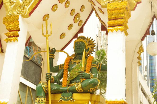 バンコクのBTSチットロム駅下車すぐにに鎮座する インドラ神 [タイ・バンコク旅行(出張)写真ブログの画像]