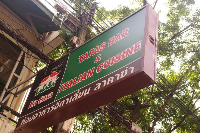 カオサンの看板。タイだけれど英語がメイン。タバス・バー  イタリアン TAPAS BAR & ITALIAN CUISINE の看板 グリーンの看板にブラウンの縁取り。文字が赤。看板左側には La Casaの文字とレストランのロゴが。看板には小さくタイ語で併記されている 【バンコク ピクチャー】  タイ王国の首都・バンコクの旅行(出張)写真ブログ