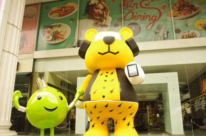ショッピングモール前のマスコットにようなオブジェ。熊・くまさん。緑の小さいのマスコットは携帯会社のAIS? 結構、大きいです [タイ・バンコク旅行(出張)写真ブログの画像]