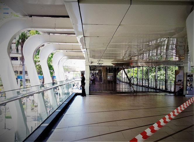 エラワンの祠 バンコク爆弾 テロ事件の事件翌日。BTSチットロム駅が封鎖されている写真