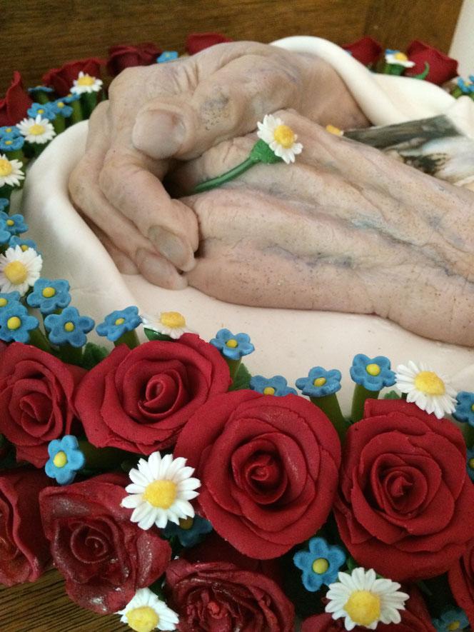 Detail: Fingernägel und Blumen aus Zuckermasse