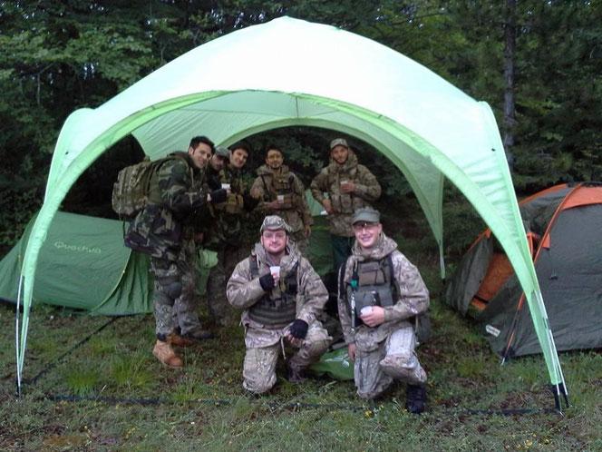 Una foto di gruppo dopo aver allestito l'accampamento