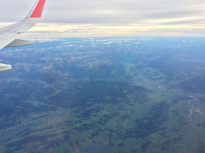 Im Flieger über dem südlichen Oberallgäu - gut erkennbar: rechts, der Lauf der Iller vom Ursprung via Sonthofen, Immenstadt gen Norden.