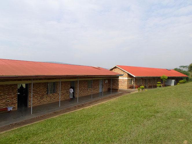 Links die Unterrichtsräume, rechts das Lehrer- und Mädchenschlafsaal