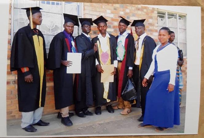 Foto von links nach rechts:  Tumwijugye Boaz, Tumwekwase Methodius,  Kubagambe Boaz, Behangane John Bosco, Mwebembezi, Aron, Kagwisagye Arther, Dolmetscherin