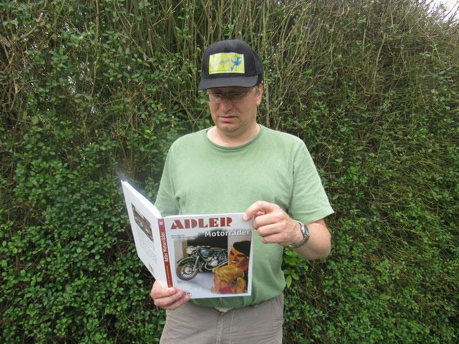 Dirk Boscheinen liest das Adler-Buch.
